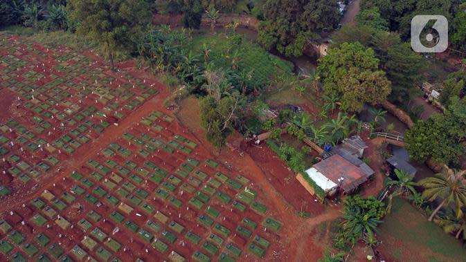 Foto udara lokasi pemakaman pasien terinfeksi COVID-19 di TPU Pondok Ranggon, Jakarta, Senin (10/8/2020). Berdasar data di web corona.jakarta.go.id, Senin (10/8), kasus positif Covid-19 di Jakarta 26.193 orang, 16.446 dinyatakan sembuh dan 940 meninggal dunia. (Liputan6.com/Helmi Fithriansyah)
