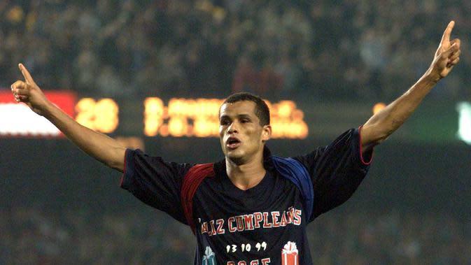 Rivaldo - Pemain yang memiliki tendangan kaki kiri keras dan penyelesaian akhir yang akurat ini bergabung dengan Barcelona pada 1997-2002. Rivaldo mempersembahkan 130 gol dan dua gelar La Liga beruntun pada dua musim pertamanya di Barcelona. (AFP/Christophe Simon)