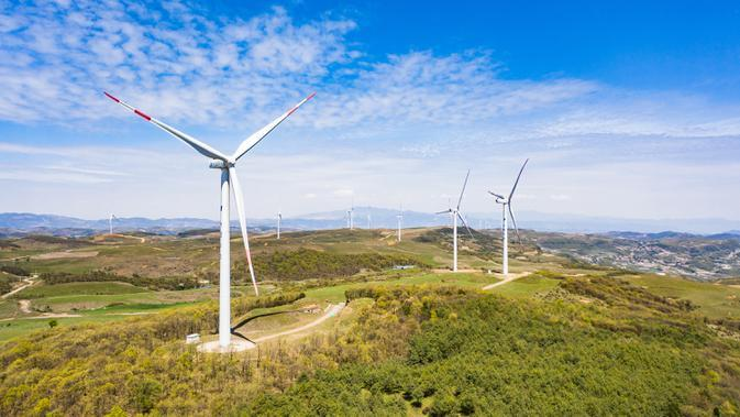 Foto yang diabadikan dari udara menunjukkan instalasi tenaga angin di wilayah Weining, Provinsi Guizhou, China, 27 April 2020. (Xinhua/Tao Liang)