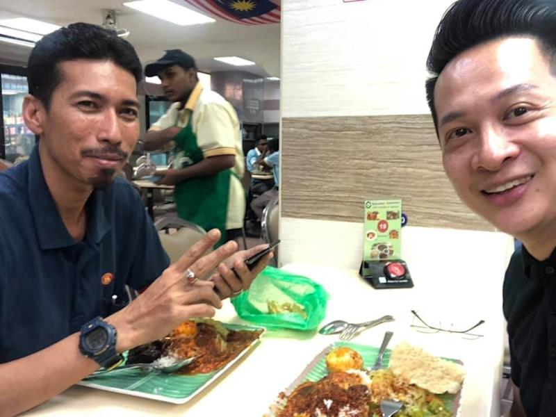 Mohd Zairi (left) and Ng enjoying a meal at the mamak after the accident. — Picture from Facebook/kok.how1