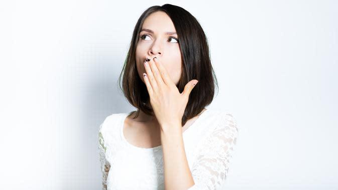 ilustrasi perempuan bau mulut/copyright Shutterstock