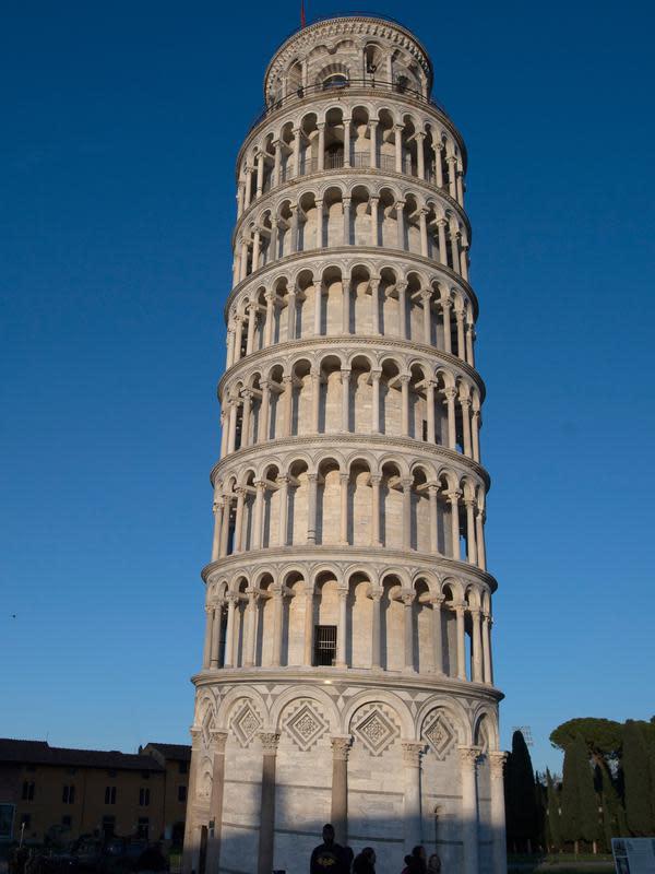 Gambar pada 28 November 2018 menunjukkan Menara Pisa di kota Pisa, Tuscany, Italia. Setelah upaya yang dilakukan selama lebih dari dua puluh tahun, para insinyur mengatakan kemiringan menara setinggi 57 meter itu telah berkurang 4 cm. (Tiziana FABI / AFP)