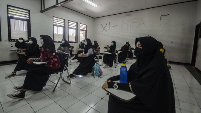 Siswa SMP menerapkan jarak sosial saat pembelajaran tatap muka di Sekolah Islam Ibnu Aqil Ibnu Sina, Soreang, Bandung, Jawa Barat, Rabu (5/8/2020). Indonesia akan mengizinkan sekolah di zona hijau COVID-19 melakukan pembelajaran tatap muka di bawah protokol kesehatan yang ketat. (Xinhua/Septianjar)