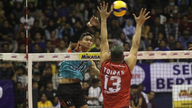 Smes pemain Jakarta BNI 46 Doni Haryono coba diblok pemain asing Surabaya Bhayangkara Samator Reidel Alfonso Gonzalez Toiran pada seri kedua putaran dua Proliga di GOR C'Tra Arena, Bandung, Sabtu (7/3/2020). (foto: PBVSI)