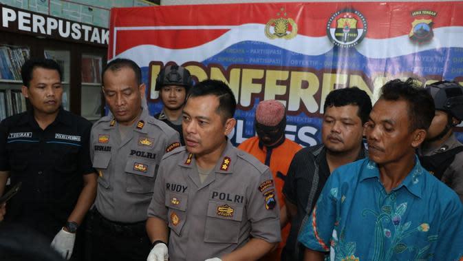 Barang bukti emas imitasi bergambar wajah Sukarno dan uang ratusan ribu untuk memperdaya korban. (Dok Polres Kebumen/Galoeh Widura/Liputan6.com)