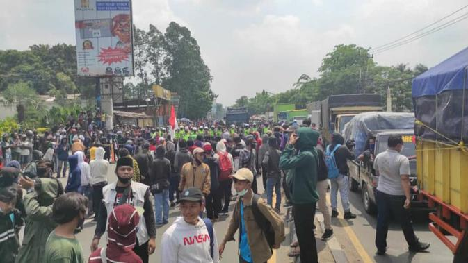 Ribuan massa buruh di Kota Tangerang kembali turun ke jalan menggelar demo menolak UU Omnibus Law Cipta Kerja. (Liputan6.com/Pramita Tristiawati)