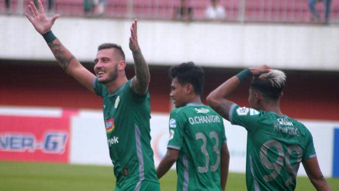Striker PSS, Yevhen Bokhasvili, disambut rekan-rekannya setelah mencetak gol ke gawang Badak Lampung di Stadion Maguwoharjo (3/12/2019). (Bola.com/Vincentius Atmaja)