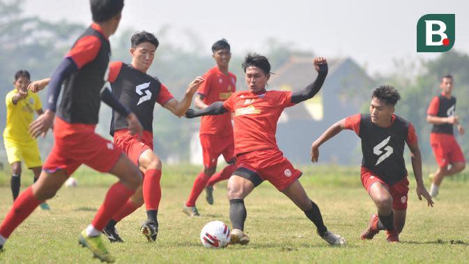 Para pemain Arema FC tampak serius memperlihatkan kemampuannya dalam internal game yang digelar pada Sabtu (5/9/2020). (Bola.com/Iwan Setiawan)
