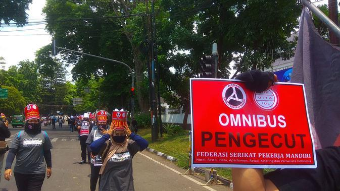 Buruh dari Serikat Pekerja Mandiri (SPM) Hotel Restoran Jawa Barat berunjuk rasa menolak UU Cipta Kerja di depan Kantor Gubernur Jawa Barat. (Arie Nugraha/Liputan6.com)