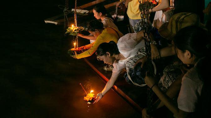 Orang-orang melarung perahu lilin kecil di Sungai Mekong, Luang Prabang, Laos, 3 Oktober 2020. Dalam Festival Boun Lai Heua Fai, warga melarung perahu naga yang membawa bunga, dupa, dan lilin menyusuri Sungai Mekong untuk membuang nasib buruk dan mengalirkan keberuntungan. (Xinhua/Kaikeo Saiyasane)