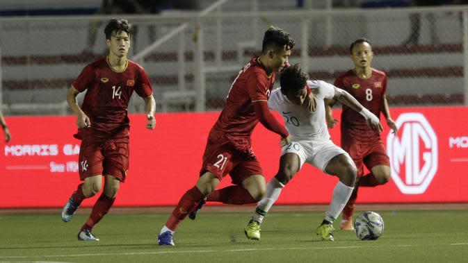 Gelandang Timnas Indonesia U-22, Osvaldo Haay, menghindari kepungan pemain Vietnam U-22 pada laga SEA Games 2019 di Stadion Rizal Memorial, Manila, Minggu (1/12). Indonesia kalah 1-2 dari Vietnam. (Bola.com/M Iqbal Ichsan)