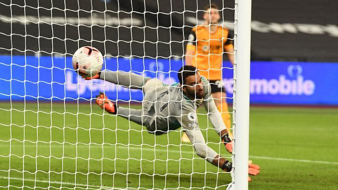 Penjaga gawang Wolverhampton Wanderers, Rui Patricio gagal menghentikan gol keempat West Ham dalam lanjutan Liga Inggris di London Stadium, Minggu (27/9/2020). West Ham United menang dengan skor telak 4–0 atas tamunya Wolverhampton Wanderers. (Andy Rain/Pool via AP)