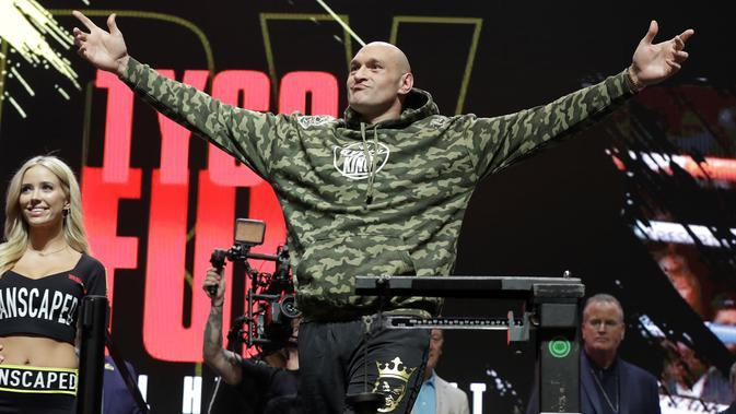 Petinju asal Inggris, Tyson Fury bersiap melakukan penimbangan berat badan untuk pertandingan tinju kelas berat WBC di Las Vegas (21/2/2020). Tyson Fury dan Wilder terlibat keributan saat sesi penimbangan. (AP Photo/Isaac Brekken)