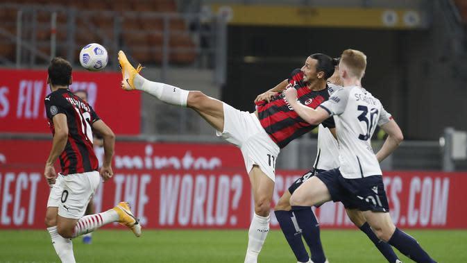 Pemain AC Milan Zlatan Ibrahimovic mengontrol bola di pertandingan sepak bola Serie A antara AC Milan dan Bologna di stadion San Siro, di Milan, Italia, Senin, September. 21, 2020. (Foto AP / Antonio Calanni)