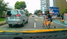 女童騎Youbike雙載衝馬路!下秒後方司機看傻:差點GG了