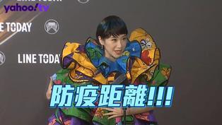 金曲/Lulu超浮誇彩球造型走紅毯 被問男友話題一秒害羞