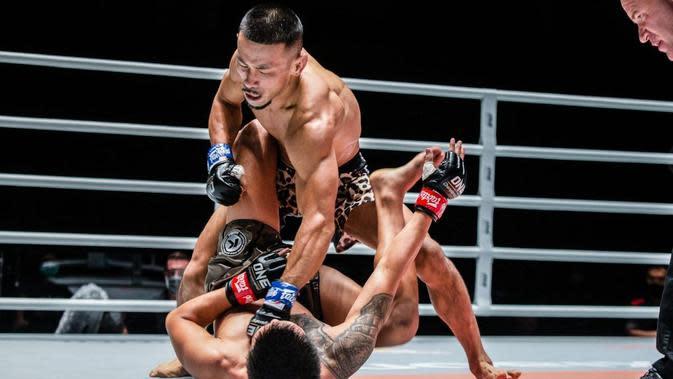 Aikhiro Fujisawa memastikan kemenangan kontra Pongsiri Mitsatit dengan pukulan telak (One Championship)