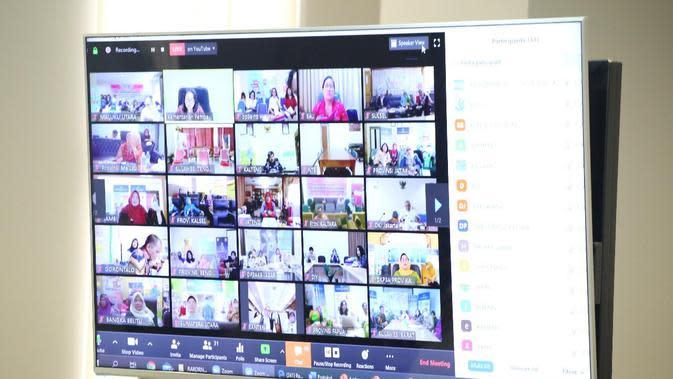 Menteri Pemberdayaan Perempuan dan Perlindungan Anak I Gusti Ayu Bintang melakukan video conference dengan 34 Kepala Dinas PPPA se-Indonesia. (Merdeka.com)