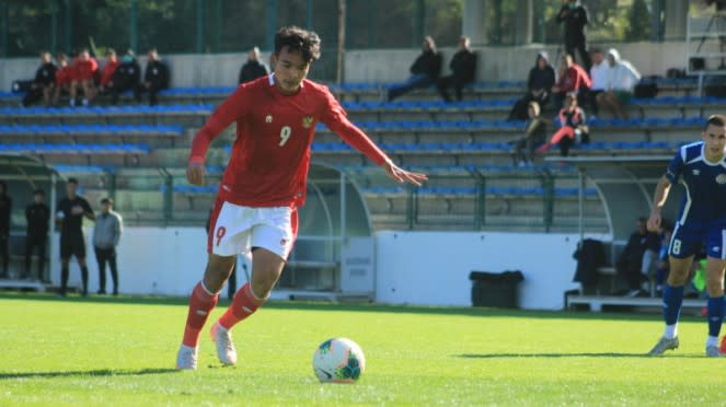 Gelandang Timnas Indonesia U-19, Brylian Aldama, saat eksekusi penalti