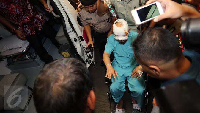 Penyidik KPK, Novel Baswedan bersiap menaiki mobil ambulan di lobi Rumah Sakit Mitra Keluarga Kelapa Gading, Jakarta, Selasa (11/4). Novel dipindahkan ke Jakarta Eye Center(JEC) untuk menyembuhkan mata kirinya yang terluka parah (Liputan6.com/Johan Tallo)