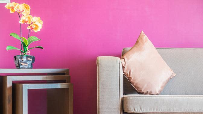 Anda tak bisa seenaknya memajang poster, memaku dinding, atau mengecat warna dinding tanpa seizin pemilik indekos meski Anda akan menghabiskan banyak waktu di kamar tersebut. (Image: Freepik)