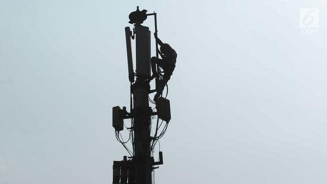 Teknisi melakukan pengecekan audit data jaringan 3G dan 4G pada tiang monopol di Jalan Diponegoro, Jakarta, Sabtu (24/8/2019). Selama ini, fasilitas internet yang disediakan pemerintah masih didominasi sinyal 3G. (merdeka.com/Imam Buhori)