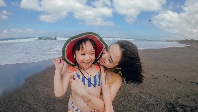 Dalam momen apapun, baik Gempi dan Gisel selalu bahagia saat bersama. Seperti yang terlihat di foto ini, Gisel memeluk gadis kecilnya dari belakang. Gemas banget ya? (Instagram/gisel_la)