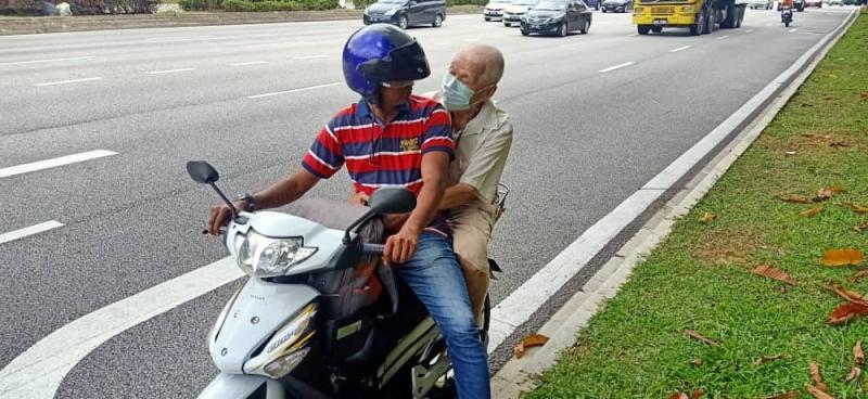 Savantharaja helped the elderly man to get back home.— Courtesy photo of L.K. Savantharaja
