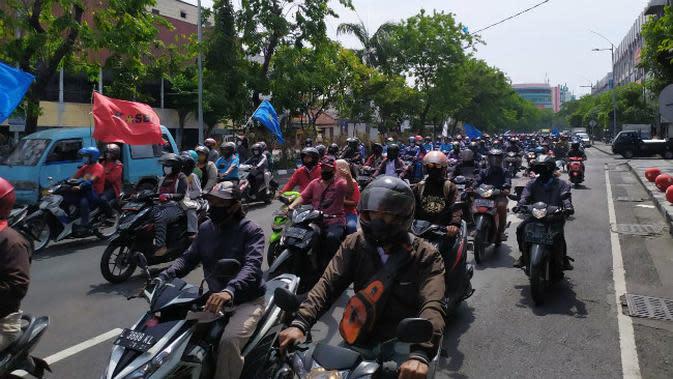 Massa bergerak menuju ke arah DPRD Jawa Timur pada Kamis, 8 Oktober 2020. (Foto: Liputan6.com/Dian Kurniawan)