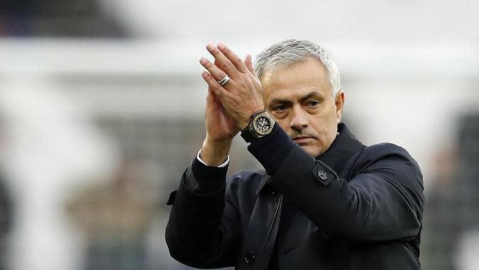 Jose Mourinho, manajer Tottenham Hotspur saat laga kontra West Ham (23/11/2019). (AFP/Adrian Dennis)