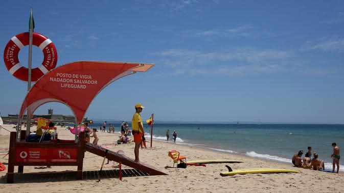 Seorang penjaga pantai mengawasi Pantai Carcavelos di Lisbon, Portugal (6/6/2020). Presiden Marcelo Rebelo de Sousa dan PM Antonio Costa mengimbau rakyat Portugal agar