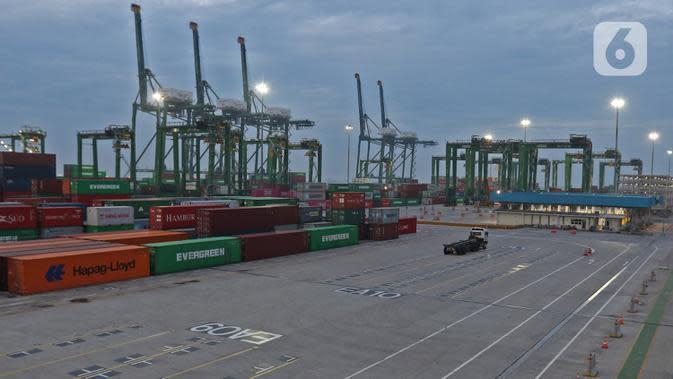 Aktivitas bongkar muat peti kemas di pelabuhan Tanjung Priok, Jakarta, Kamis (14/11/2019). Menteri Keuangan Sri Mulyani Indrawati menargetkan pertumbuhan ekonomi Indonesia tahun 2020 mencapai 5,3%. (Liputan6.com/Herman Zakharia)