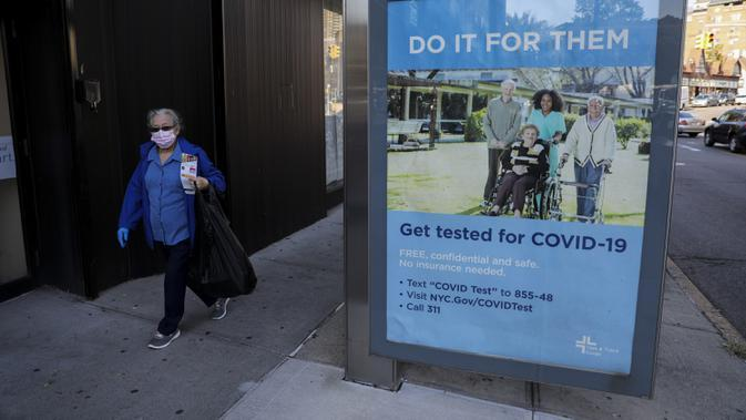Pejalan kaki berjalan melewati poster yang mendorong warga untuk tes COVID-19 di Kew Gardens, New York City, AS, 6 Oktober 2020. Menurut CSSE di Universitas Johns Hopkins hingga 7 Oktober 2020 waktu setempat, jumlah kasus COVID-19 di AS telah menembus angka 7,5 juta. (Xinhua/Wang Ying)