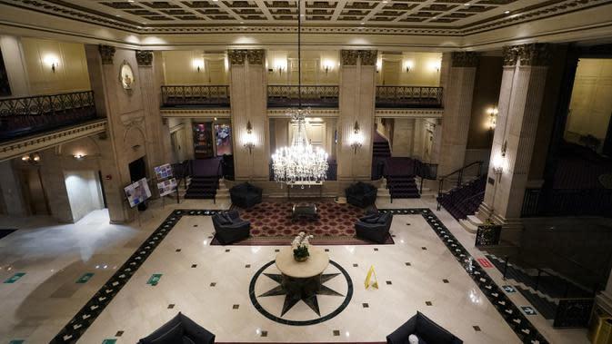 Lobi Roosevelt Hotel, hotel mewah bersejarah di Midtown Manhattan, terlihat di New York pada 12 Oktober 2020. Hotel yang dinamai menurut nama Presiden Theodore Roosevelt itu akan ditutup pada akhir Oktober setelah 96 tahun beroperasi lantaran pandemi Covid-19. (TIMOTHY A. CLARY / AFP)