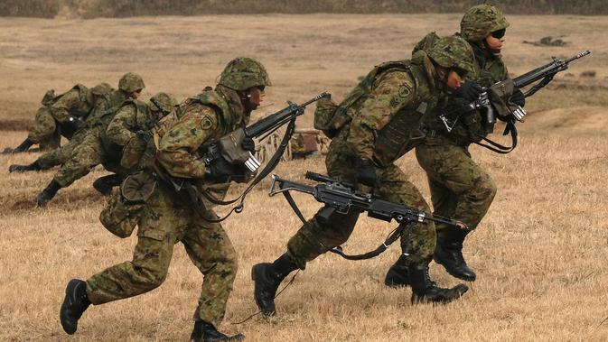 Pasukan terjun payung ambil bagian dalam latihan Pasukan Bela Diri Darat Brigade Lintas Udara ke-1 di tempat pelatihan Narashino, Funabashi, Prefektur Chiba, Jepang, 12/1/2020). Latihan mensimulasikan pengusiran musuh yang mendarat di pulau-pulau terpencil. (Kazuhiro NOGI/AFP)