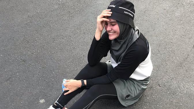 Meski menggunakan hijab, Zee Zee tetap memesona saat menekuni olahraga lari ini. Penampilan hijab debgan busana olahraga, ia juga memakai topi. (Liputan6.com/IG/@zeezeeshahab)