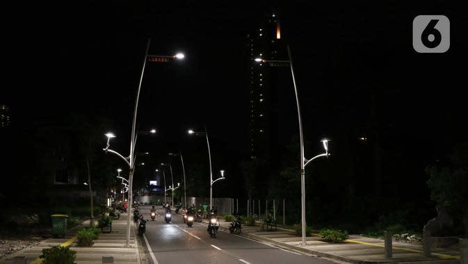 Suasana area pejalan kaki dan jalan di kawasan Kemang, Jakarta, Selasa (7/4/2020). Pemprov DKI Jakarta bakal menetapkan status Pembatasan Sosial Berskala Besar (PSBB) per Jumat, 10 April 2020 mendatang. (Liputan6.com/Helmi Fithriansyah)
