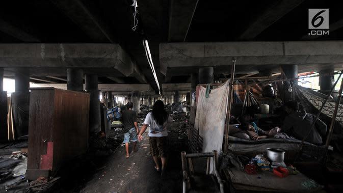 Aktivitas warga di permukiman kolong tol Tanjung Priok, Jakarta, Rabu (16/1). BPS mencatat persentase jumlah penduduk Indonesia miskin pada September 2018 sebesar 9,66 persen atau menurun 0,16 persen. (Merdeka.com/Iqbal S Nugroho)