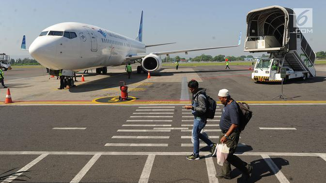 Penumpang berjalan usai turun dari pesawat di Bandara Adisutjipto, Yogyakarta, Minggu (6/5). Bandara Adisutjipto Yogyakarta mengalami pertumbuhan penumpang tertinggi ketiga dengan pertumbuhan 17,5 persen pada triwulan I 2018. (Merdeka.com/Arie Basuki)