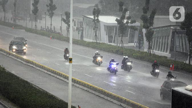 Kendaraan melintas saat turun hujan di Jalan Jenderal Sudirman, Jakarta, Minggu (18/10/2020). Badan Meteorologi, Klimatologi, dan Geofisika (BMKG) menyatakan musim hujan berlangsung mulai Oktober dan diprediksi mencapai puncaknya pada Januari hingga Februari 2021. (Liputan6.com/Faizal Fanani)