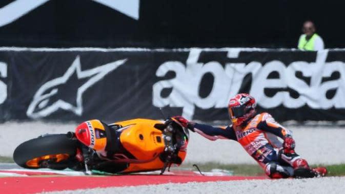Pebalap Repsol Honda, Marc Marquez, saat terjatuh pada MotoGP Argentina 2015. (Crash)