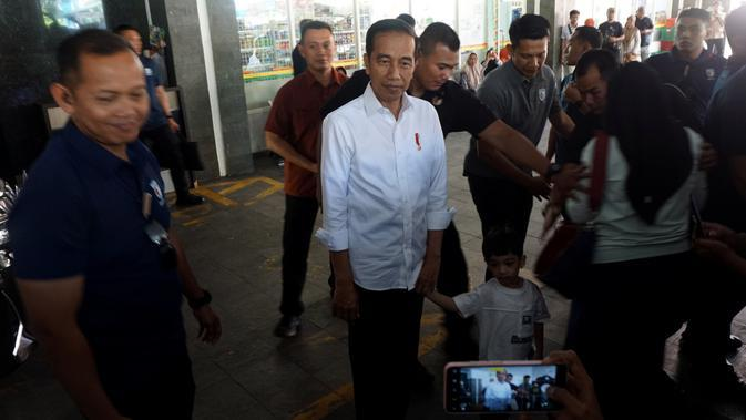 Presiden Jokowi dan Jan Ethes Srinarendra usai menjenguk La Lembah Manah yang masih berada di RS PKU Muhammadiyah Solo, Sabtu (16/11).(Liputan6.com/Fajar Abrori)
