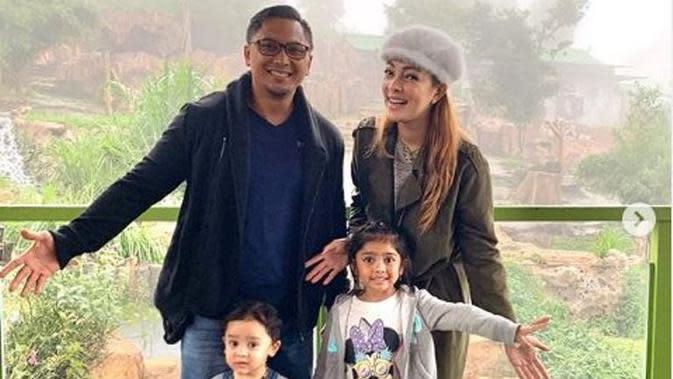 Reisa Broto Asmoro dan keluarga di Taman Safari Indonesia. (dok.Instagram @reisabrotoasmoro/https://www.instagram.com/p/B64Vy1oAIeI/Henry)