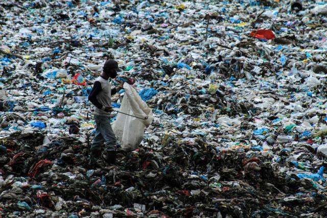 Millones de toneladas de plástico son desechadas cada año. Contaminan la tierra y los océanos a enorme escala. (Getty Images)