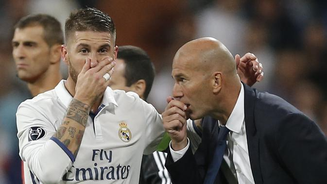 Sergio Ramos tengah berbisik kepada Zinedine Zidane dalam laga Real Madrid Vs Espanyol (AP Photo/Daniel Ochoa de Olza)