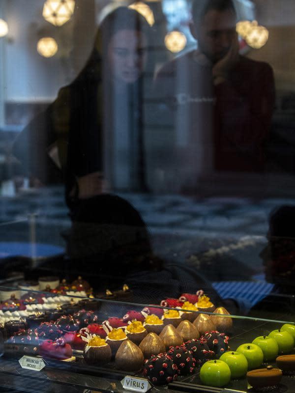 Makanan penutup berbentuk berbentuk virus corona Covid-19 ditempatkan di jendela sebuah kafe di Praha pada 06 Oktober 2020. Dengan lebih dari 81.000 kasus di Republik Ceko, tingkat penyebaran Covid-19 termasuk yang terburuk di Eropa - hampir separah di Spanyol. (Michal Cizek / AFP)
