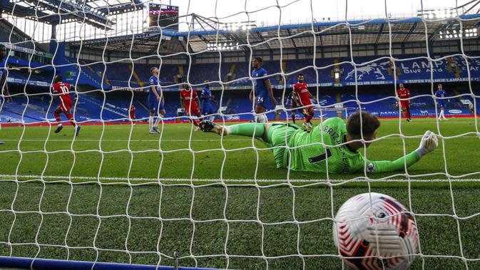 Pemain Liverpool Sadio Mane mencetak gol ke gawang Chelsea pada pertandingan Liga Premier Inggris di Stadion Stamford Bridge, Minggu (20/9/2020). Liverpool menang 2-0 lewat gol Sadio Mane. (AP Photo/Matt Dunham, Pool)