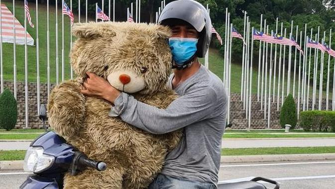 Kisah Ayah yang Ambil Boneka di Tempat Sampah Demi Anaknya. (Sumber: Facebook/ Azri Walter)