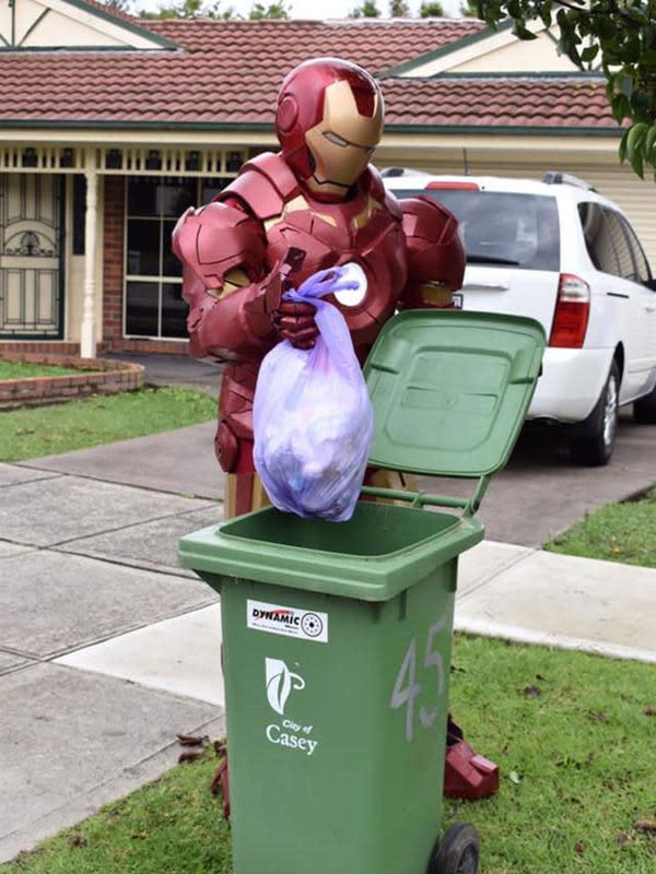 Warga Australia 'pesta kostum' saat buang sampah di masa pandemi corona COVID-19. (dok. Facebook/Copelin Gehlsen)