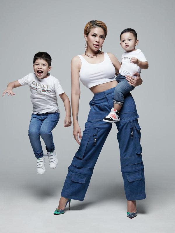 Pemotretan Nikita Mirzani dengan Ketiga Anaknya (Sumber: Instagram/nikitamirzanimawardi_17)